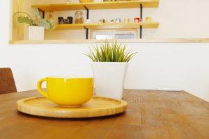 黄色いコップの画像