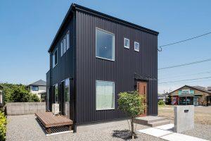 黒い無垢ハウスの画像